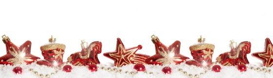 boules rouges d'arbre de Noël dans la neige Images libres de droits