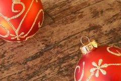 Boules rouges de Noël avec la décoration d'or sur la table en bois image libre de droits