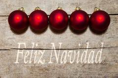 Boules rouges de Noël sur la table en bois, texte espagnol, joyeux christm Images libres de droits