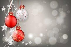 Boules rouges et argentées de Noël sur le fond brillant Photographie stock libre de droits