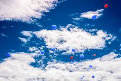 Boules rouges et bleues dans le ciel bleu image stock
