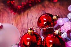 Boules rouges et guirlande de Noël blanc sur un fond en bois Photos stock