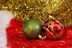 Boules rouges et vertes de Noël Carte de Joyeux Noël Thème de Noël d'hiver Image libre de droits