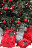 Boules rouges sur un arbre de Noël vert Images stock