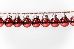 Boules rouges sur une corde, décorations pour Noël, la guirlande de nouvelle année image libre de droits