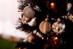 Boules sur l'arbre de Noël, une lumière de fête chaude photographie stock