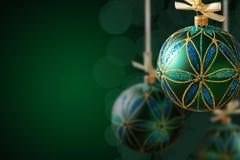 Boules vertes de Noël accrochant sur le fond abstrait Photo libre de droits