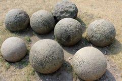 Boulets de canon antiques au sol images stock