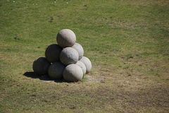 Boulets de canon en pierre dans la Rhodes-ville devant un fort image stock