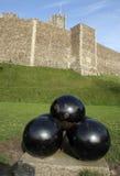 Boulets de canon et château Photo stock