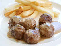 Boulette de viande et pommes chips images stock