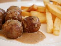 Boulette de viande et pommes chips image stock