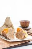Boulettes chinoises de riz enveloppées dans des feuilles tubulaires. photos libres de droits