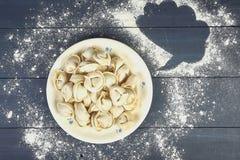 Boulettes CRUES dans un plat sur le fond en bois foncé images libres de droits