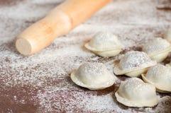 Boulettes crues domestiques sur la table Photo stock