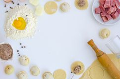 Boulettes crues sur la table blanche Nourriture faite maison traditionnelle Le processus de faire cuire des boulettes Pierogi, pe photos libres de droits