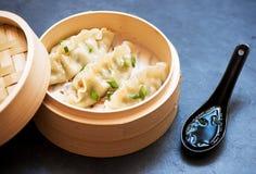 Boulettes cuites à la vapeur dans le vapeur en bambou avec la sauce de soja image libre de droits