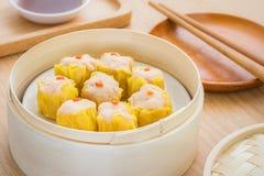 Boulettes cuites à la vapeur dans le panier en bambou de vapeur images libres de droits