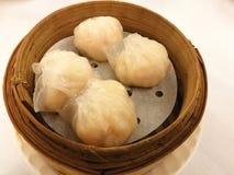 Boulettes cuites à la vapeur de crevette sur le panier en bambou, ha de gow, plateau en bambou dans la nourriture chinoise de tra Photographie stock libre de droits