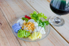 Boulettes cuites à la vapeur de peau de riz, dessert thaïlandais sur le fond en bois Image stock