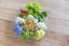 Boulettes cuites à la vapeur de peau de riz, dessert thaïlandais sur le fond en bois Images libres de droits