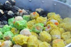 Boulettes cuites à la vapeur par Chinois au marché Image stock