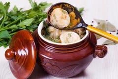 Boulettes dans un pot en céramique Photos stock