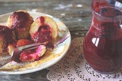 Boulettes de prune et sauce à prune sur le fond en bois Image stock