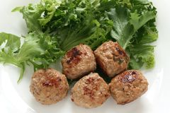 Boulettes de viande avec de la laitue Image libre de droits