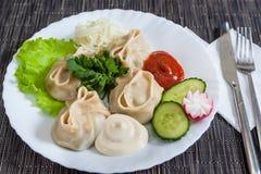 Boulettes de viande avec de la laitue, concombres, radis Photo libre de droits
