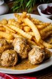 Boulettes de viande avec des pommes frites en sauce à aneth Image libre de droits