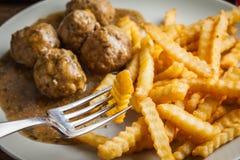 Boulettes de viande avec des pommes frites en sauce à aneth Image stock
