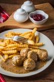 Boulettes de viande avec des pommes frites en sauce à aneth Images libres de droits