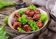 Boulettes de viande avec du boeuf en sauce aigre-doux images stock