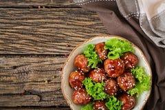 Boulettes de viande avec du boeuf en sauce aigre-doux photographie stock libre de droits