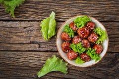Boulettes de viande avec du boeuf en sauce aigre-doux image libre de droits