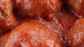 Boulettes de viande avec de la sauce banque de vidéos