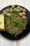 Boulettes de viande avec le gruau de sarrasin dans un plat folklorique antique d'argile photo stock