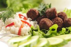 Boulettes de viande braisées avec du riz Images libres de droits