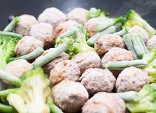 Boulettes de viande, brocoli et épinards faits sauter à feu vif Photo libre de droits