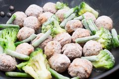 Boulettes de viande, brocoli et épinards faits sauter à feu vif Photographie stock