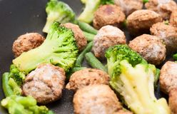 Boulettes de viande, brocoli et épinards faits sauter à feu vif Photo stock