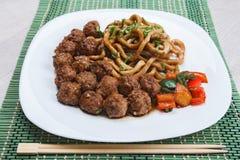 Boulettes de viande chinoises avec des nouilles Photographie stock