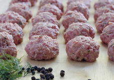 Boulettes de viande crues Photo stock