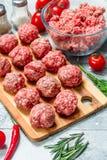 Boulettes de viande crues de boeuf avec des herbes et des épices photographie stock libre de droits