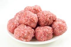 Boulettes de viande crues dans la porcelaine d'isolement Image stock