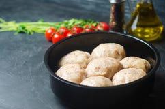 Boulettes de viande cuites à la vapeur faites maison crues avec le poulet et le sarrasin Fond concret noir Place pour le texte Co image libre de droits