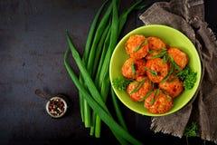 Boulettes de viande cuites au four de filet de poulet en sauce tomate Photographie stock libre de droits