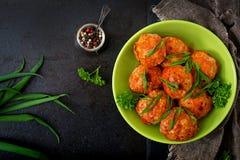 Boulettes de viande cuites au four de filet de poulet en sauce tomate Photographie stock