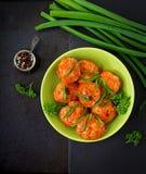 Boulettes de viande cuites au four de filet de poulet en sauce tomate Photos libres de droits
